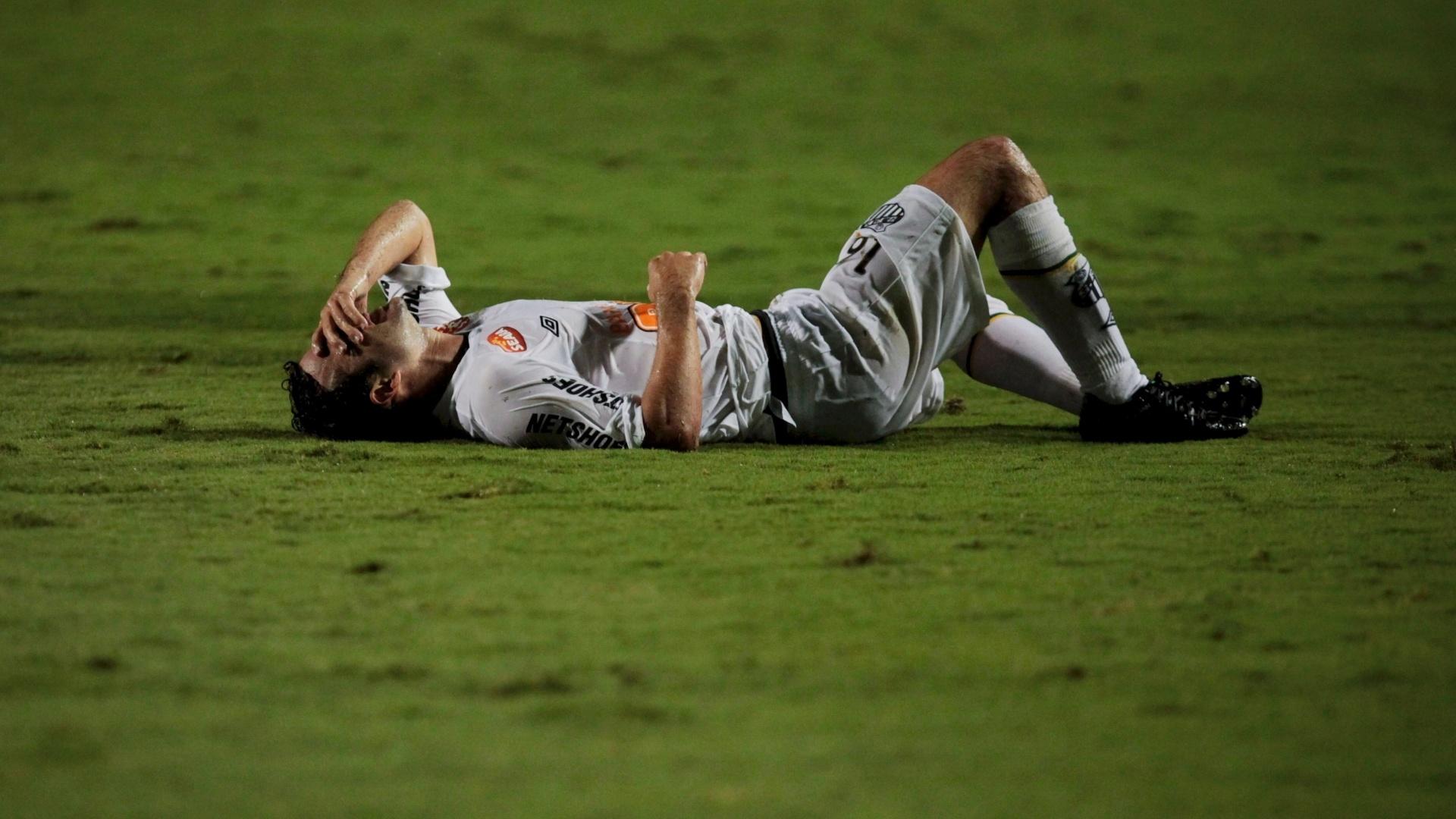 Juan fica caído após sofrer falta durante a partida do Santos contra o Juan Aurich, no Pacaembu