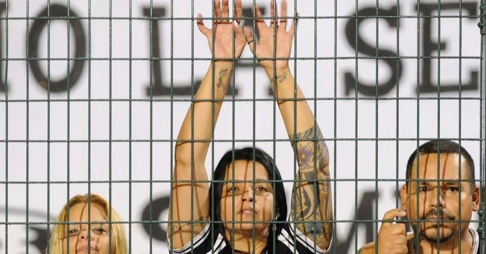 Mulheres marcam presença na torcida do Corinthians contra o Cruz Azul (21/03/12)