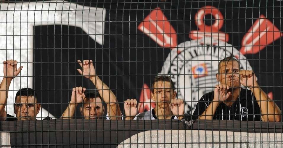 Torcedores do Corinthians sofrem durante a partida contra o Cruz Azul no Pacaembu (21/03/12)