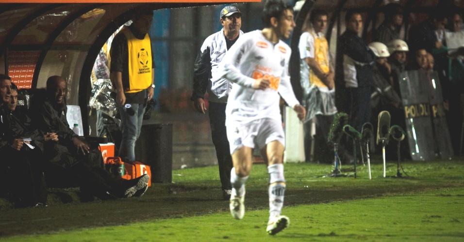 Observado por Muricy, Fucile corre no campo durante a vitória do Santos sobre o Juan Aurich