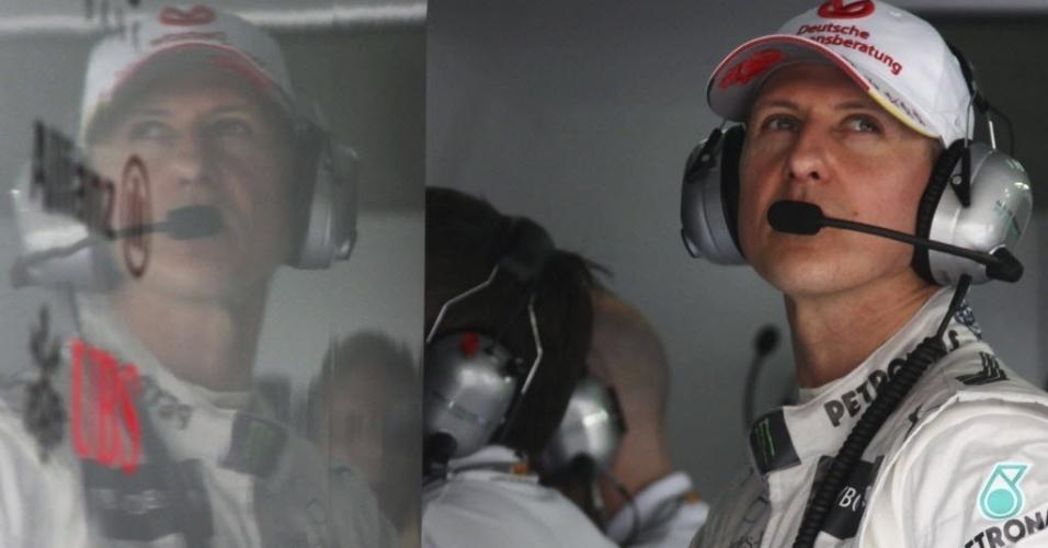 Segundo mais rápido do dia, Michael Schumacher observa treinos livres na Malásia nos boxes da Mercedes