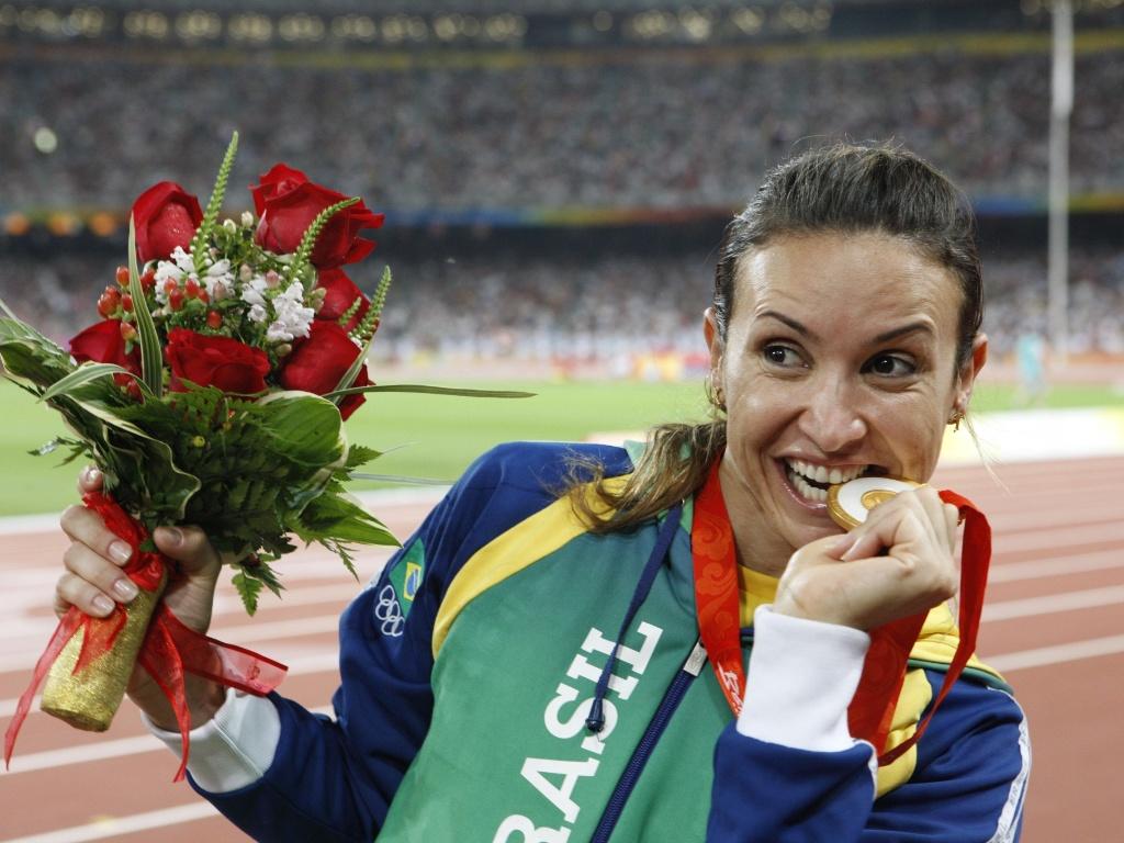 Maurren Maggi comemora seu ouro nas Olimpíadas de Pequim
