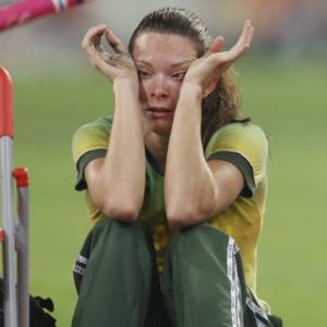 A atleta brasileira Fabiana Murer chora após perder sua vara e discutir com juízes nos Jogos Olímpicos de Pequim (18/08/2008)