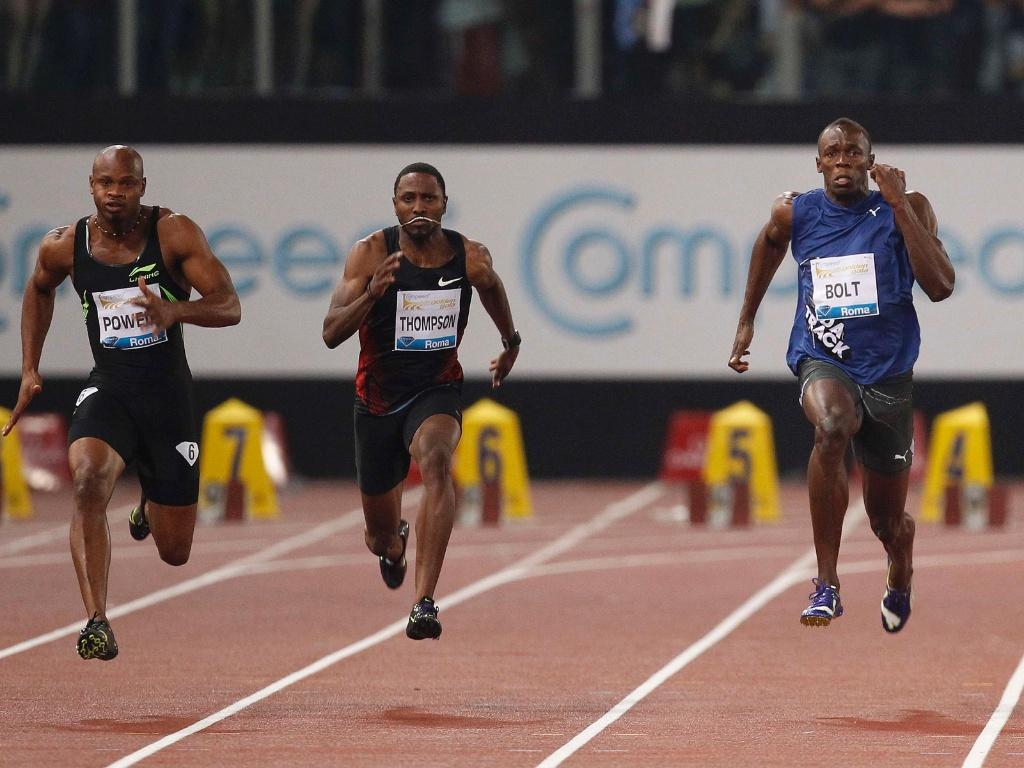 Usain Bolt (d) se esforça para passar Asafa Powell (e) e vencer a etapa de Roma da Liga de Diamante, nos 100 m