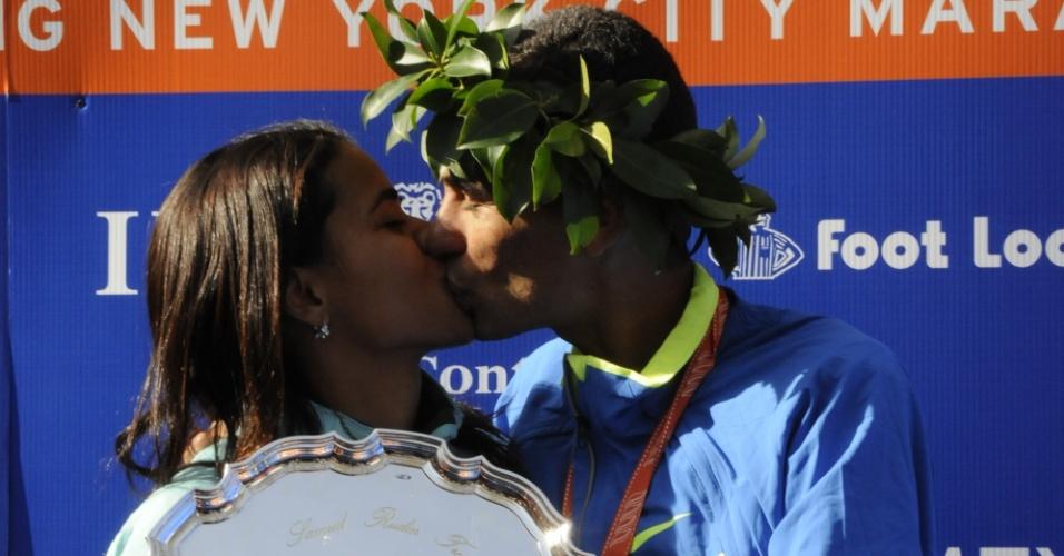 Marílson Gomes dos Santos beija a esposa Juliana Paula Santos de Azevedo após vencer a Maratona de Nova York, em 2008