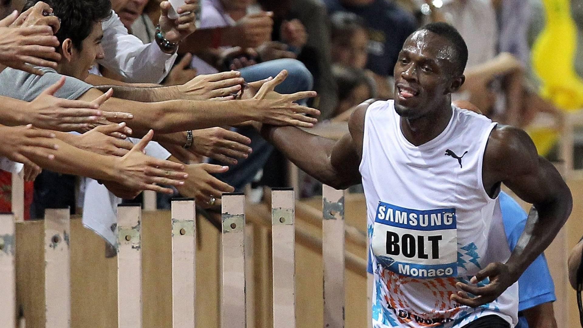 Usain Bolt comemora com a torcida sua vitória nos 100m em Mônaco (22/07/2011)