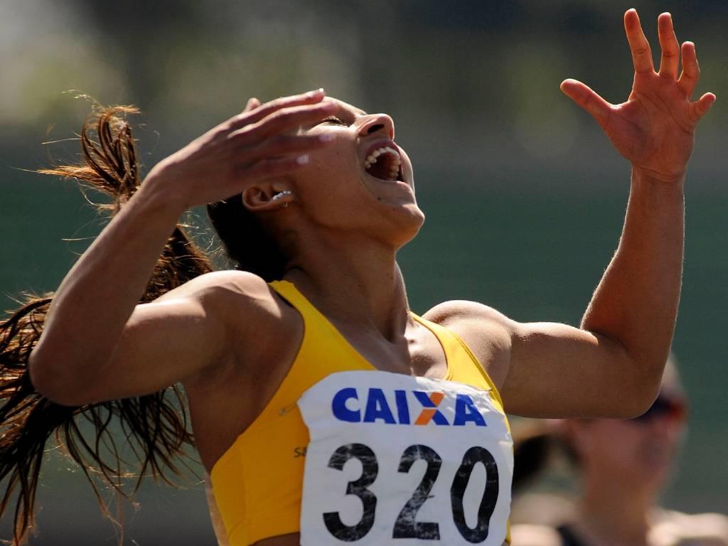 Ana Cláudia Lemos comemora após bater o recorde Sul-Americano na semifinal dos 200 m do Troféu Brasil (06/08/2011)