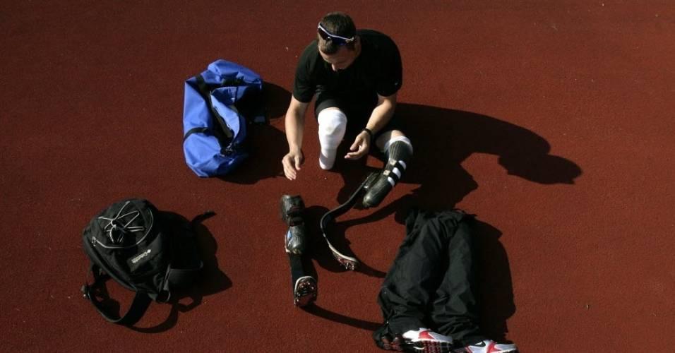 Oscar Pistorius ajeita suas próteses durante preparação para meeting paraolímpico na Suíça em 2008