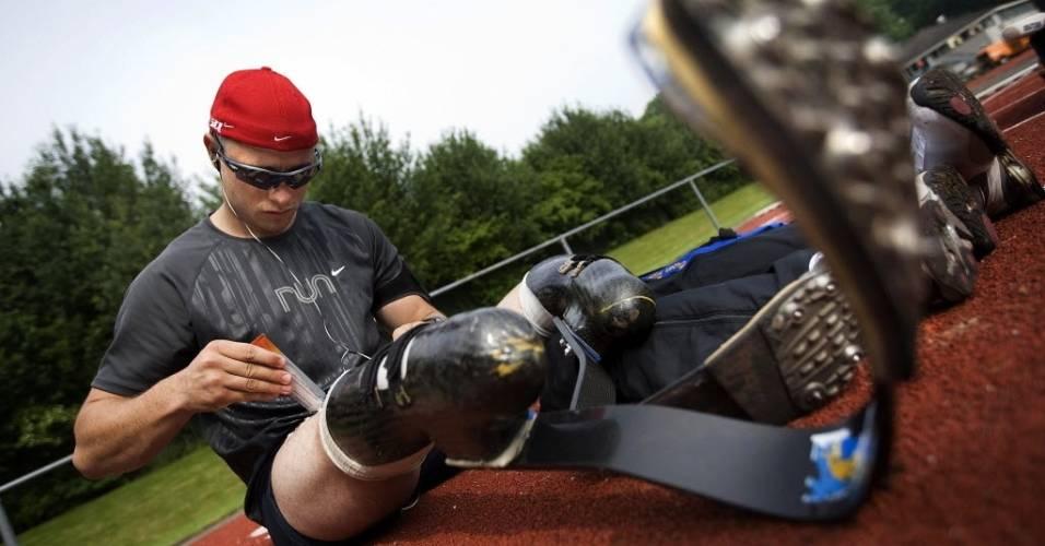 Oscar Pistorius ajeita suas próteses em treinamento para competição paraolímpica na Holanda em 2008