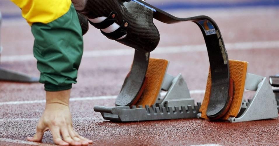 Oscar Pistorius checa posição de largada antes dos 100 metros da Copa do Mundo Paraolímpica em 2007