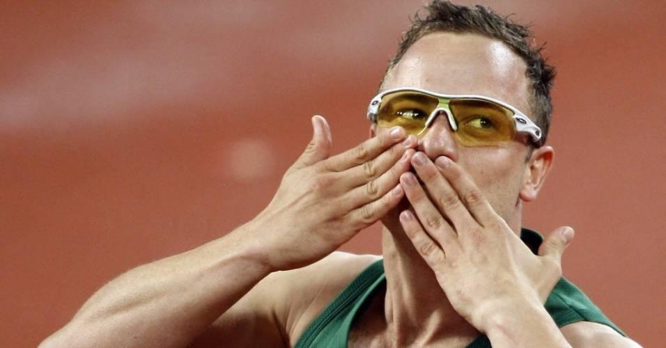 Oscar Pistorius comemora vitória nos 400 m rasos para amputados nos Jogos Paraolímpicos de Pequim