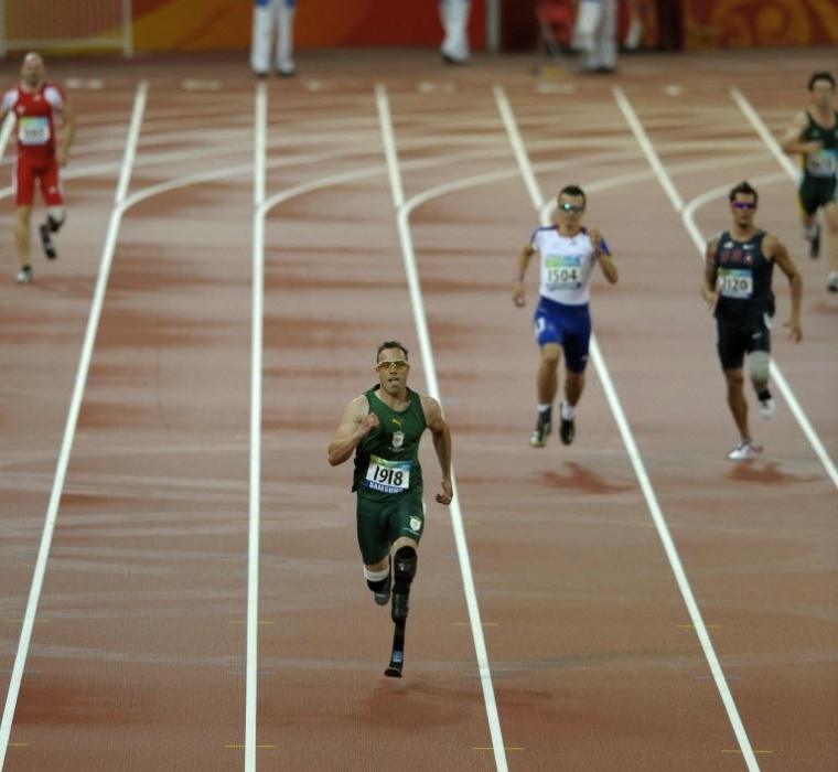 Oscar Pistorius corre para fazer novo recorde mundial paraolímpico nos 400 m rasos durante os Jogos de Pequim em 2008