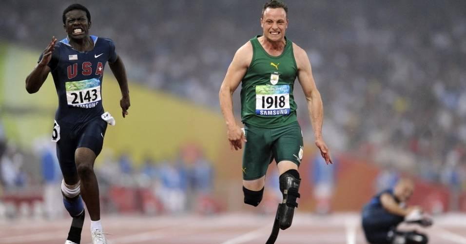 Oscar Pistorius corre para ganhar o ouro nos 100 m rasos T44 nos Jogos Paraolímpicos de Pequim
