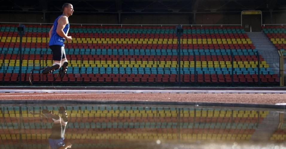 Oscar Pistorius faz aquecimento no Campeonato Internacional de Atletismo para atletas paraolímpicos, em Berlim (2008)