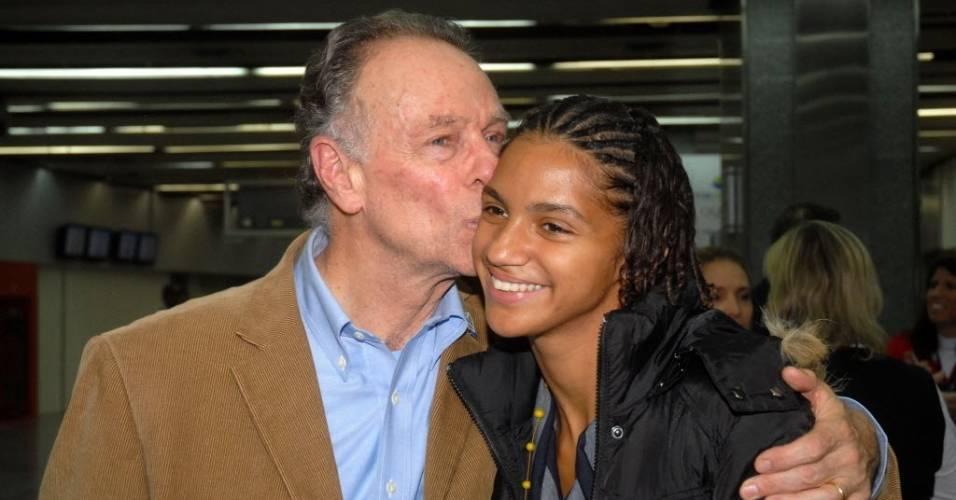 Carlos Nuzman, presidente do COb, beija Bárbara Leôncio, atleta símbolo da candidatura do Rio de Janeiro a sede dos Jogos de 2016