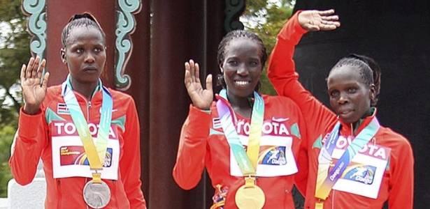 As quenianas Priscah Jeptoo, Edna Kiplagat e Sharon Cheropposan posam para foto após receberem as medalhas da maratona no Mundial de atletismo de Daegu, na Coreia do Sul (27/08/2011)