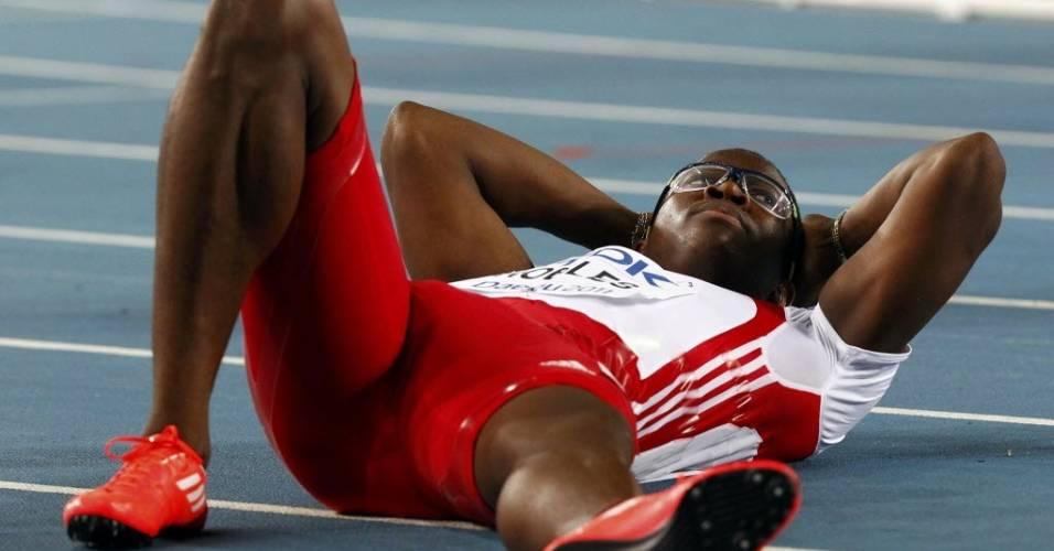 Dayron Robles se deita na pista em Daegu após terminar em primeiro nos 110 m com barreiras no Campeonato Mundial de atletismo (29/08/2011)