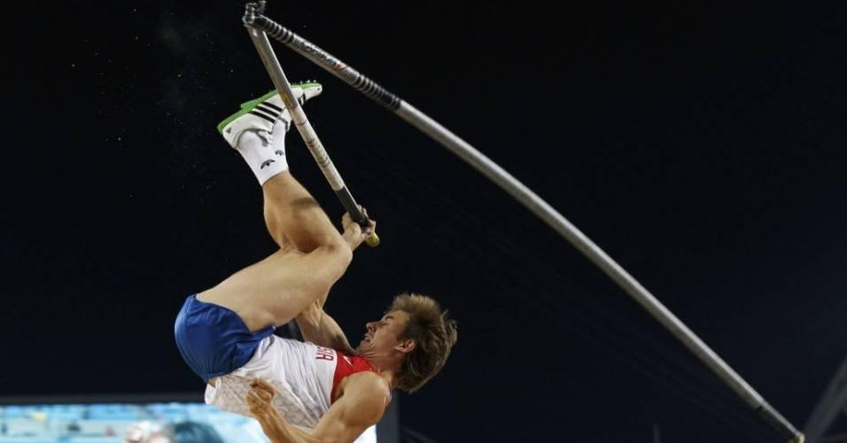 Vara do atleta russo Dmitry Starodubtsev se parte ao meio durante disputa da final do salto com vara no Mundial em Daegu (29/08/2011)