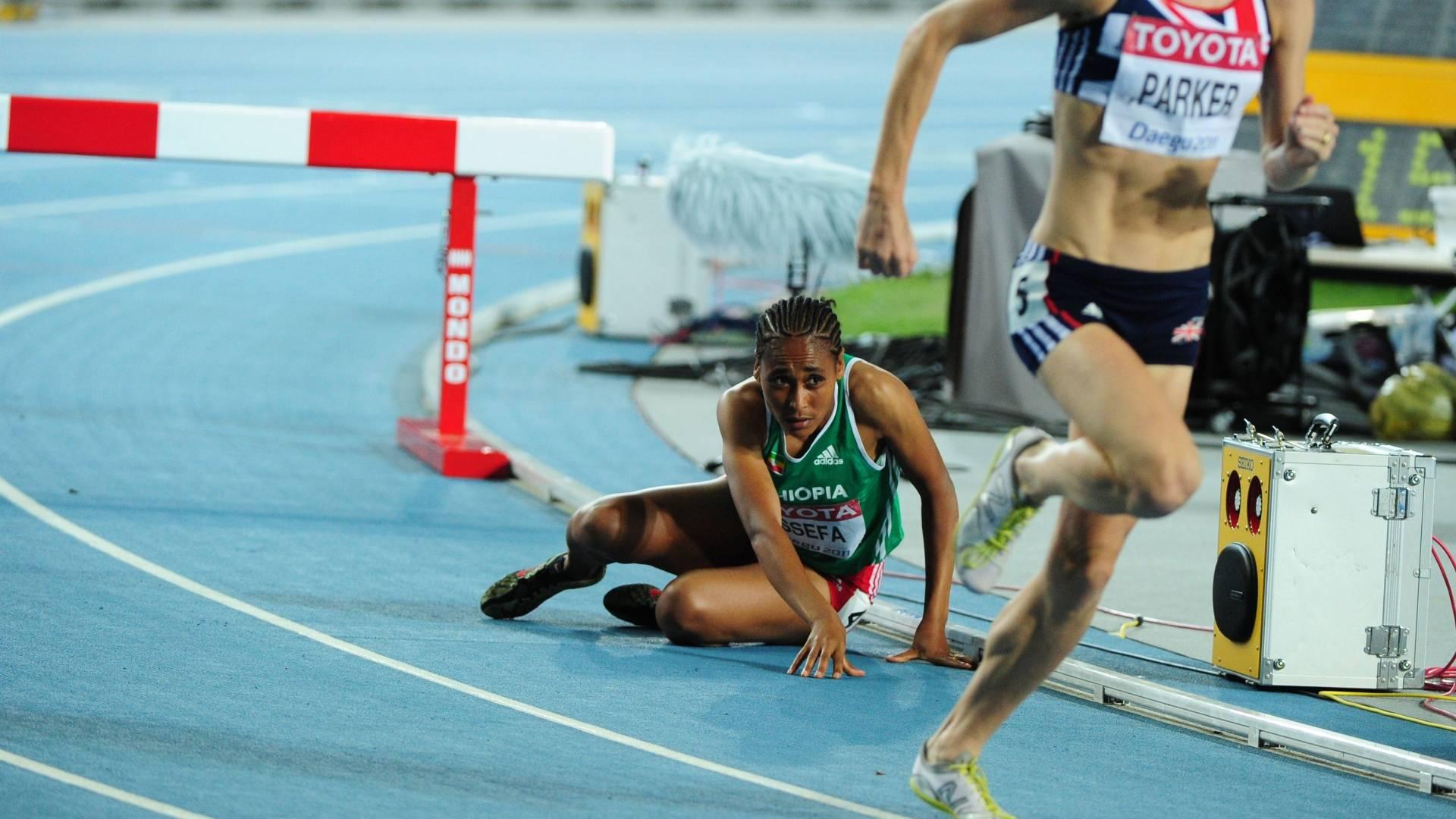 Atleta etíope Sofia Asseva cai no primeiro salto dos 3.000 m com obstáculos pelo Mundial de Daegu (30/08/2011)