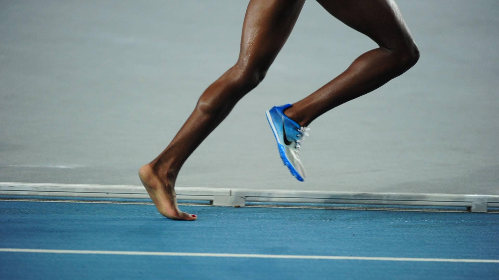 Atleta queniana Mercy Wanjiku Njoroge corre os 3.000 m com obstáculos tendo um pé descalço depois de perder sapatilha no Mundial de Daegu (30/08/2011)