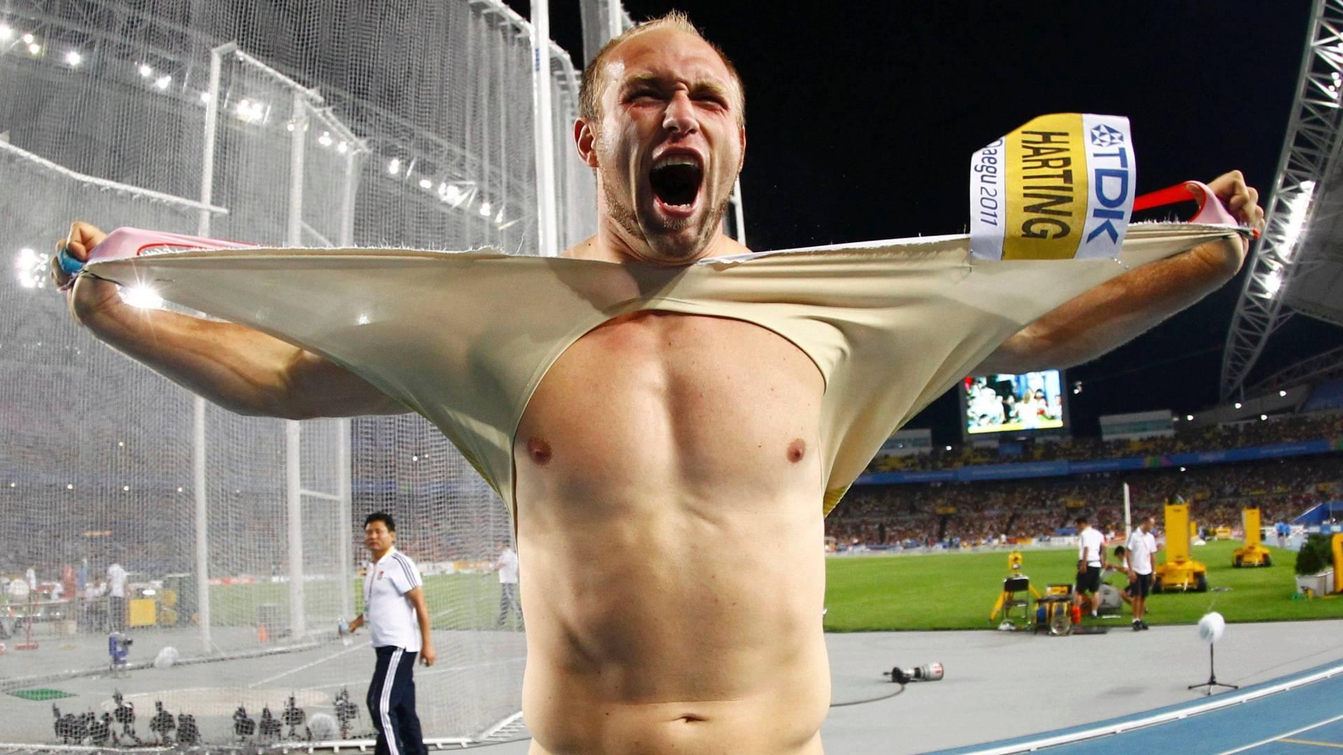 Empolgado com vitória no lançamento de disco, alemão Robert Harting rasga a camisa na comemoração pelo Mundial de Daegu (30/08/2011)