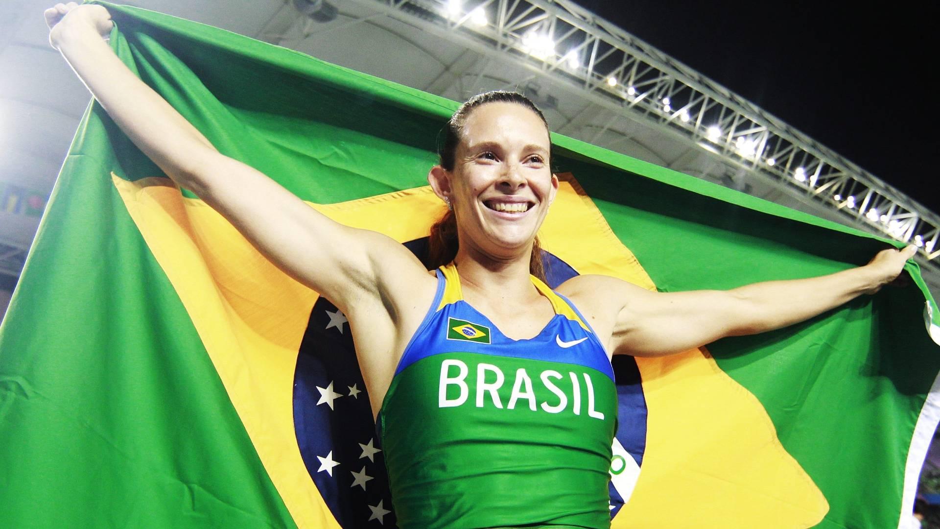 Fabiana Murer comemora com a bandeira brasileira depois de conquistar o ouro no salto com vara pelo Mundial de atletismo em Daegu (30/08/2011)