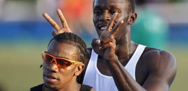 Usain Bolt faz chifrinhos em seu amigo e rival Yohan Blake em dia de folga no Mundial (31/08/2011)