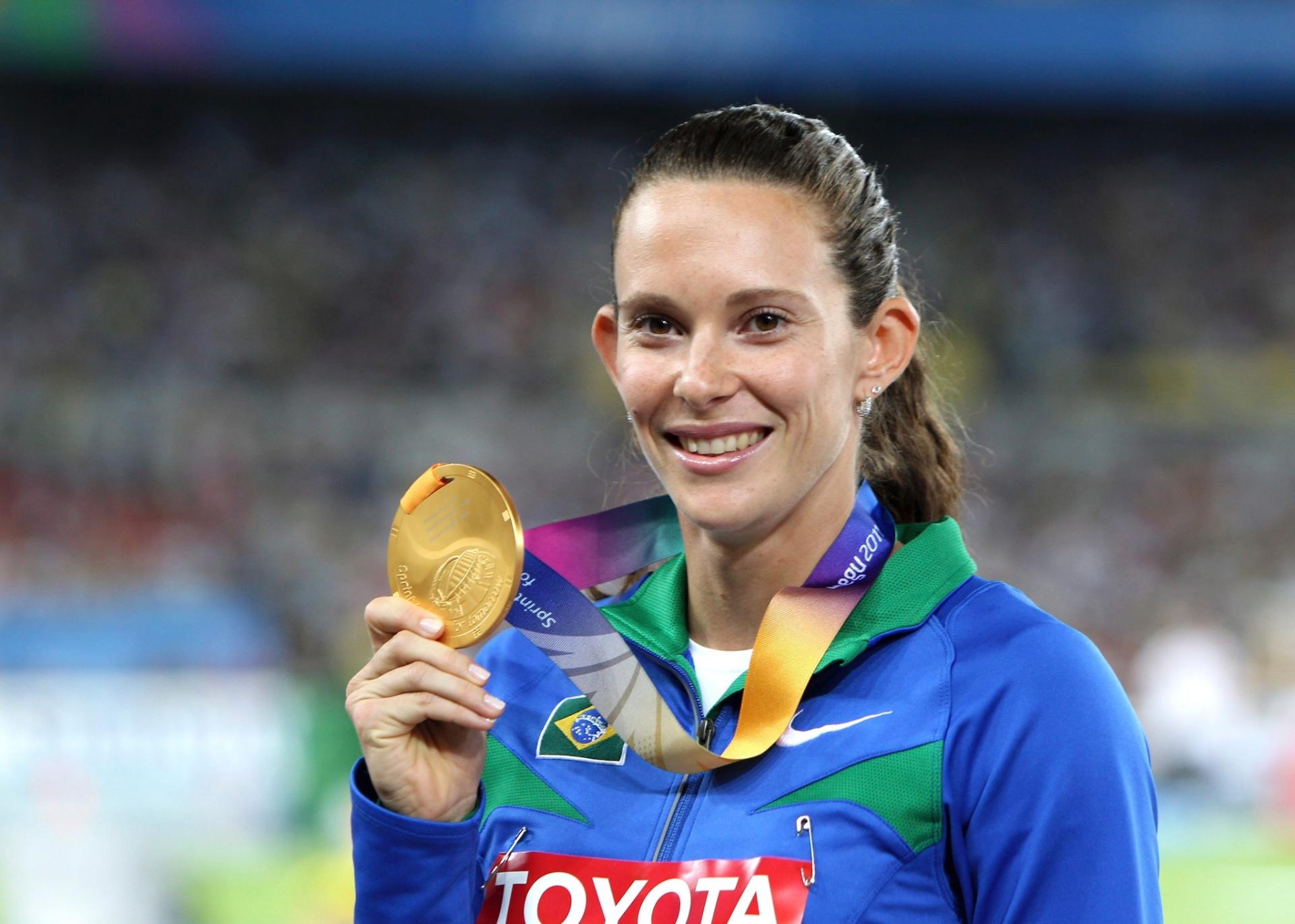 Fabiana Murer exibe sua medalha de ouro conquistada no salto com vara no Mundial de atletismo (01/09/2011)