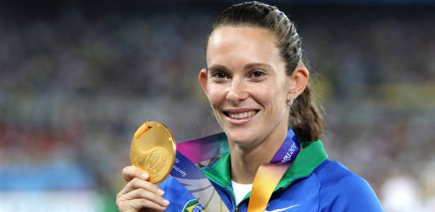 Fabiana Murer exibe sua medalha de ouro conquistada no Mundial de atletismo  - EFE/RUNGROJ YONGRIT