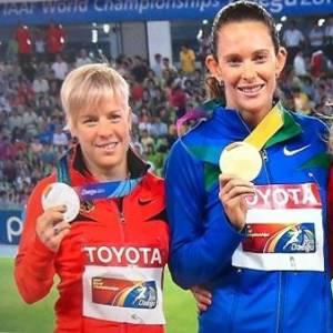 Fabiana Murer recebe a medalha de ouro dois dias depois de ter conquistado o título mundial no salto com vara em Daegu (01/09/2011)
