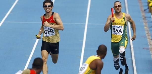 Oscar Pistorius (dir.) disputa revezamento 4 x 400 m no Mundial de Daegu, em 2011, pela África do Sul