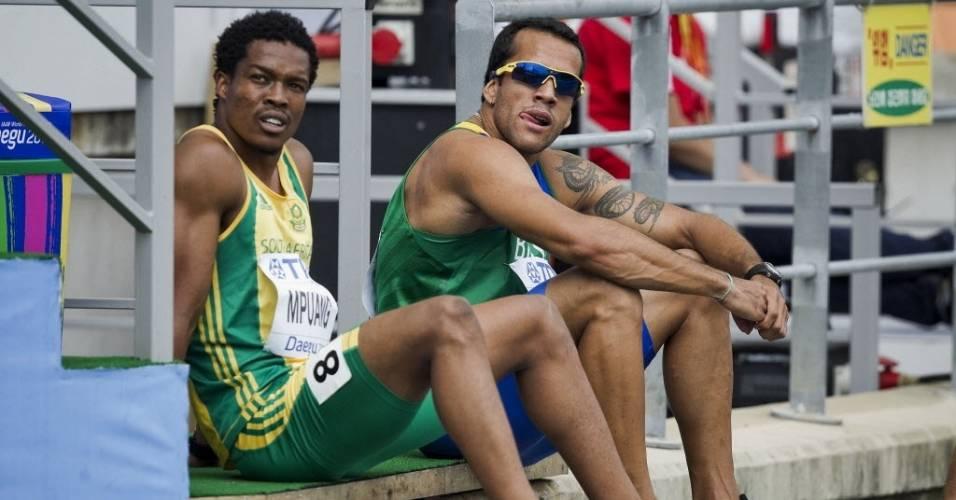 O brasileiro Bruno Lins ao lado do sul-africano Thuso Mpuang após a eliminatória dos 200m (02/09/2011)