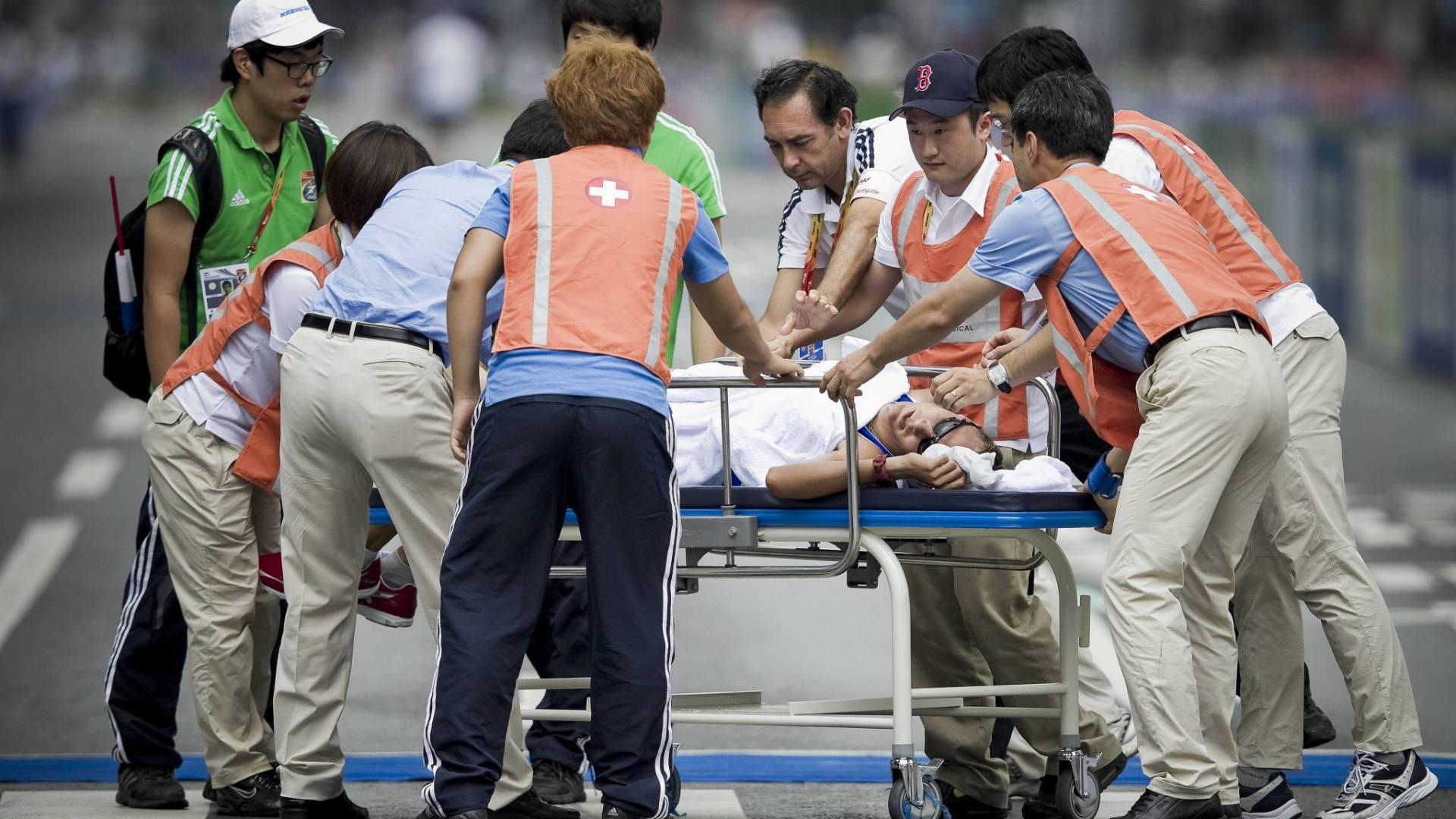 Finlandês Jarkko Kinnunen é carregado em maca depois de sofrer desmaio na prova da marcha de 50 km no Mundial de Daegu (03/09/2011)