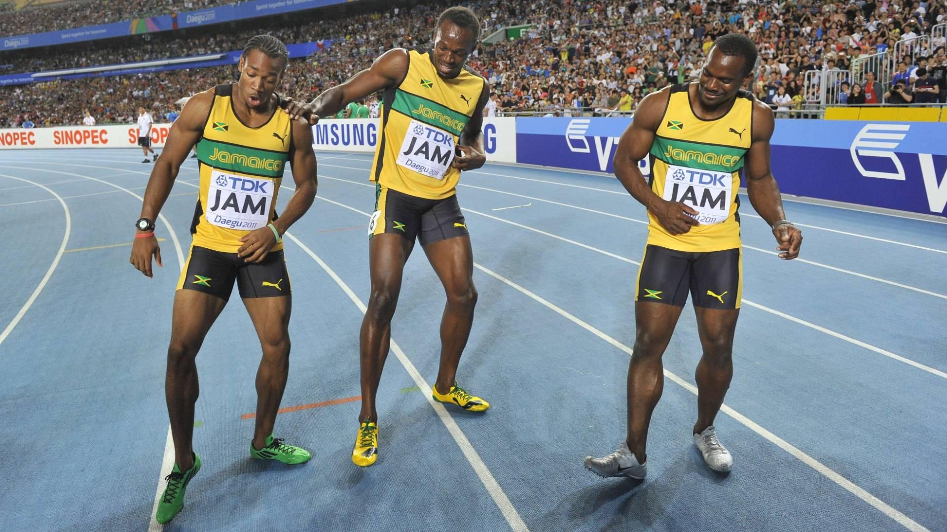 Usain Bolt (centro) faz dança com Yohan Blake e Nesta Carter para comemorar a conquista do Mundial com recorde no revezamento 4x100 m (04/09/2011)
