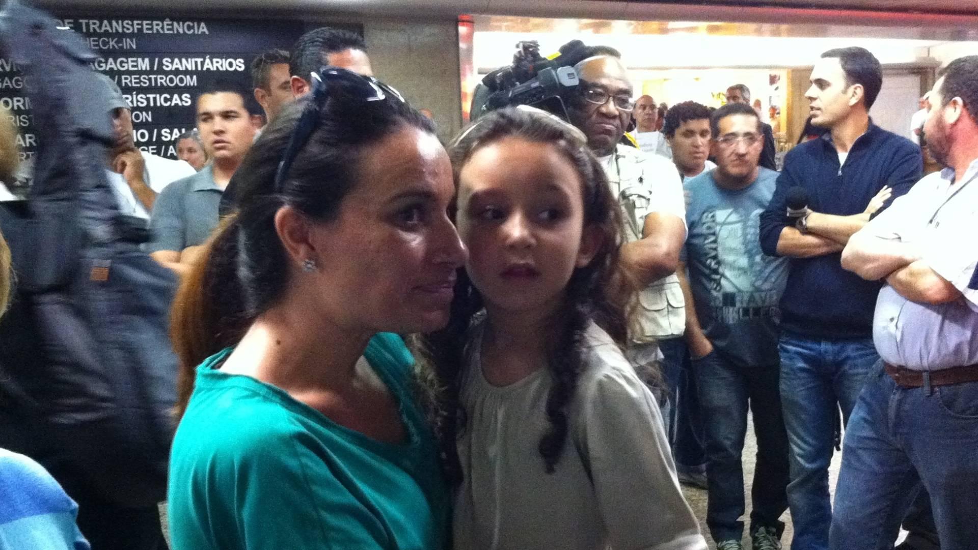 Familiares esperam Maurren no aeroporto de Guarulhos, na volta da saltadora depois de fracassar no Mundial de Daegu