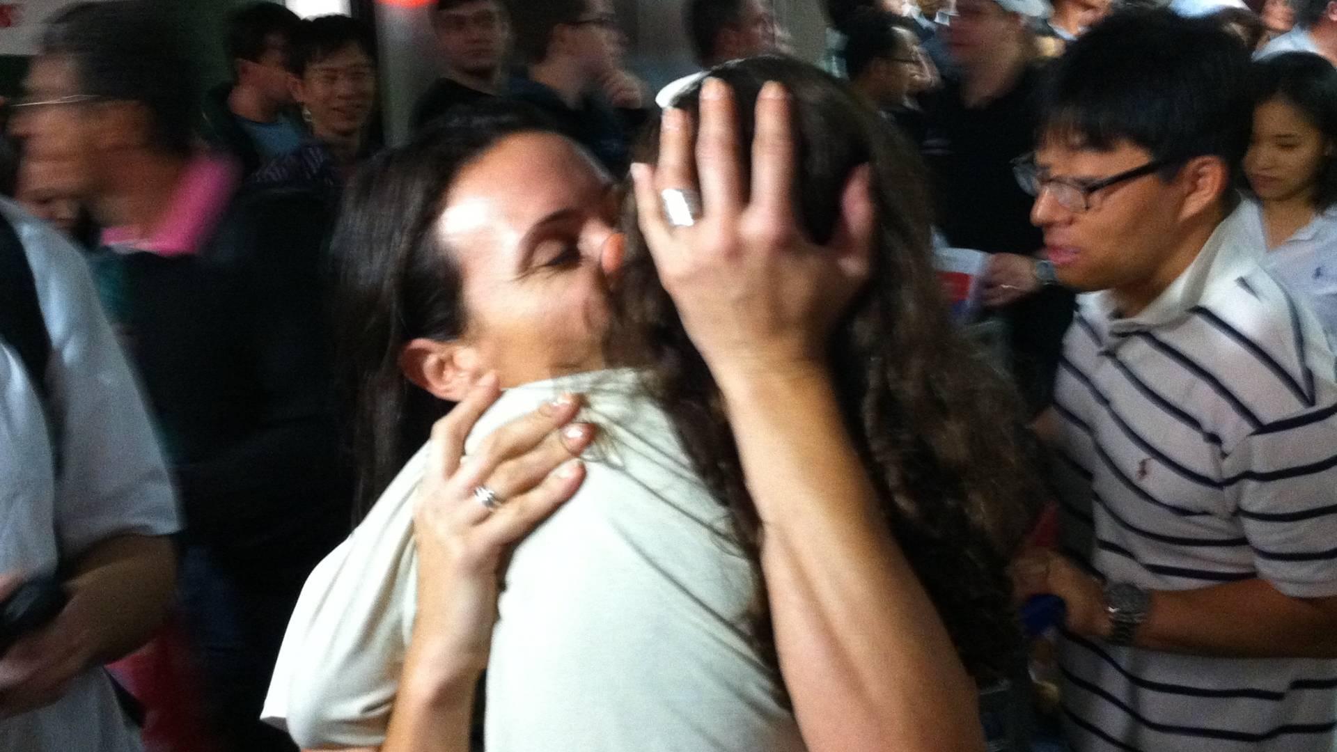 Maurren e abraçada pela filha Sophia no desembarque em Guarulhos, na volta da saltadora depois de fracassar no Mundial de Daegu