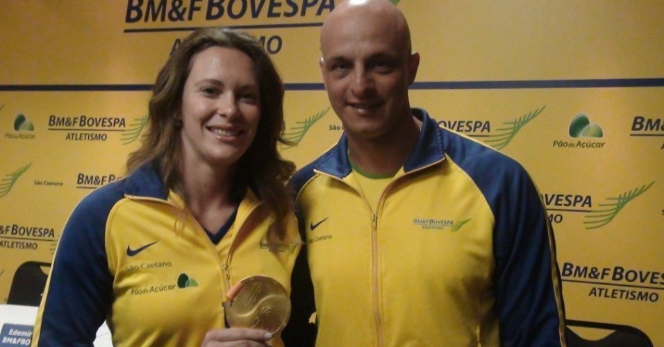 Fabiana Murer exibe medalha conquistada em Daegu ao lado do técnico/marido Elson Miranda