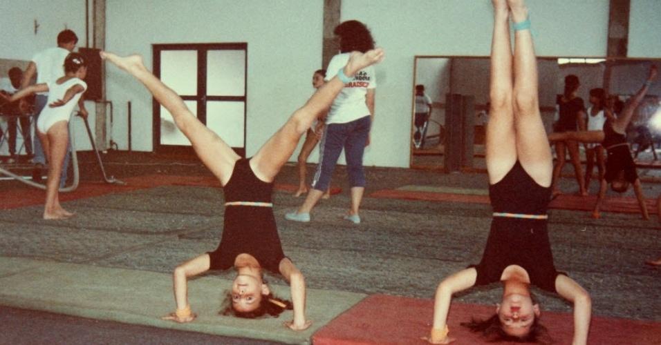 Maurren Maggi (e) faz aula de ginástica na infância, como mostra foto do acervo de família