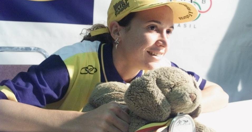 Maurren Maggi posa com medalha que conquistou no Circuito Europeu Indoor de Atletismo em 2000
