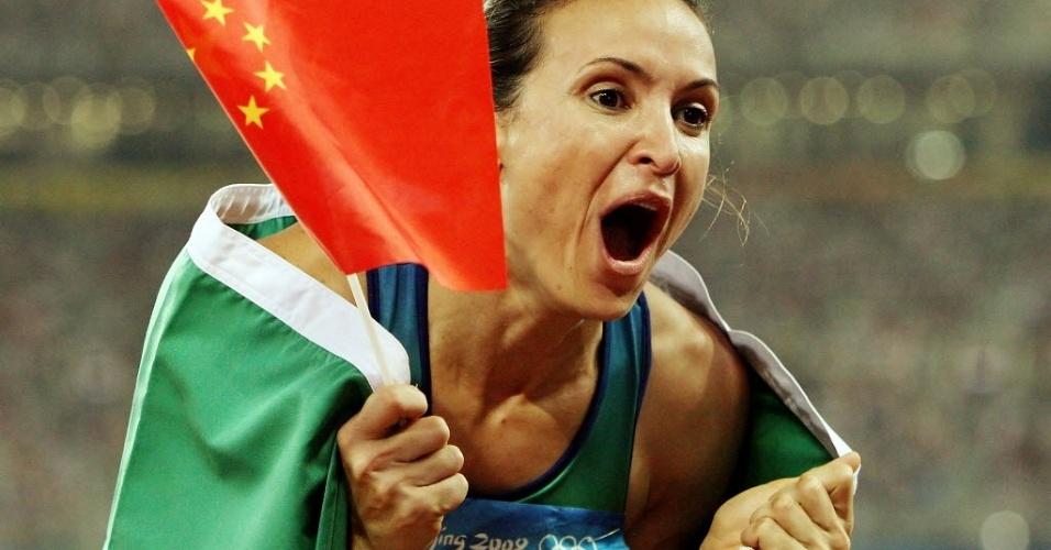Maurren Maggi vibra com o ouro inédito que faturou nos Jogos de Pequim, em 2008, no salto em distância