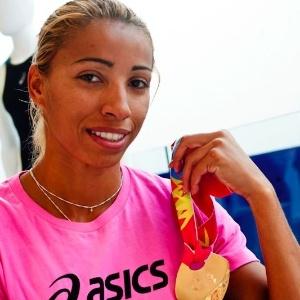 Lucimara Silvestre mostra a medalha de ouro conquistada por ela no Pan-2011