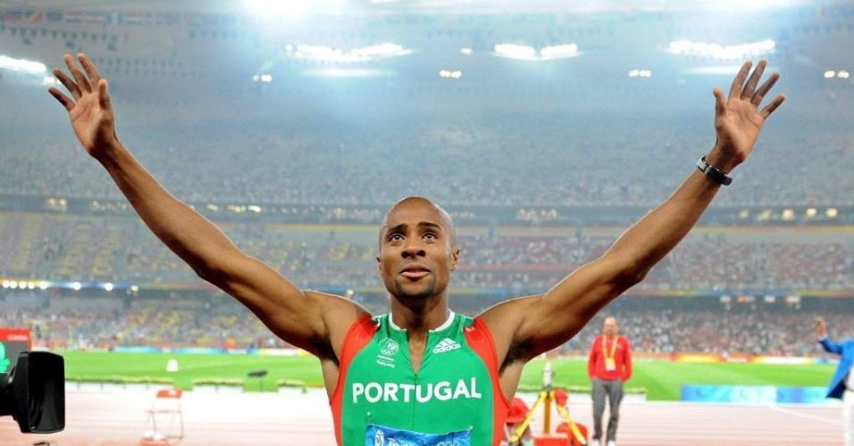 O português Nelson Évora comemora o título olímpico no salto triplo em Pequim-2008