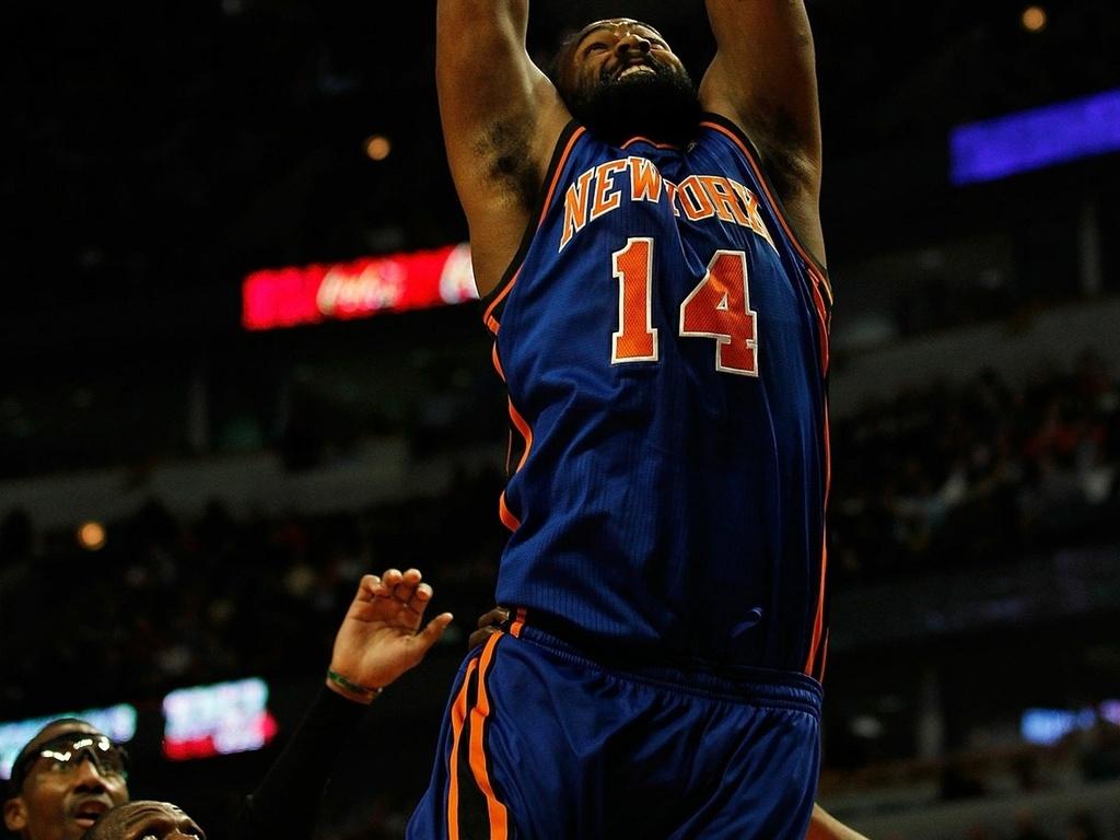 Ronny Turiaf enterra para marcar pelos Knicks contra os Bulls