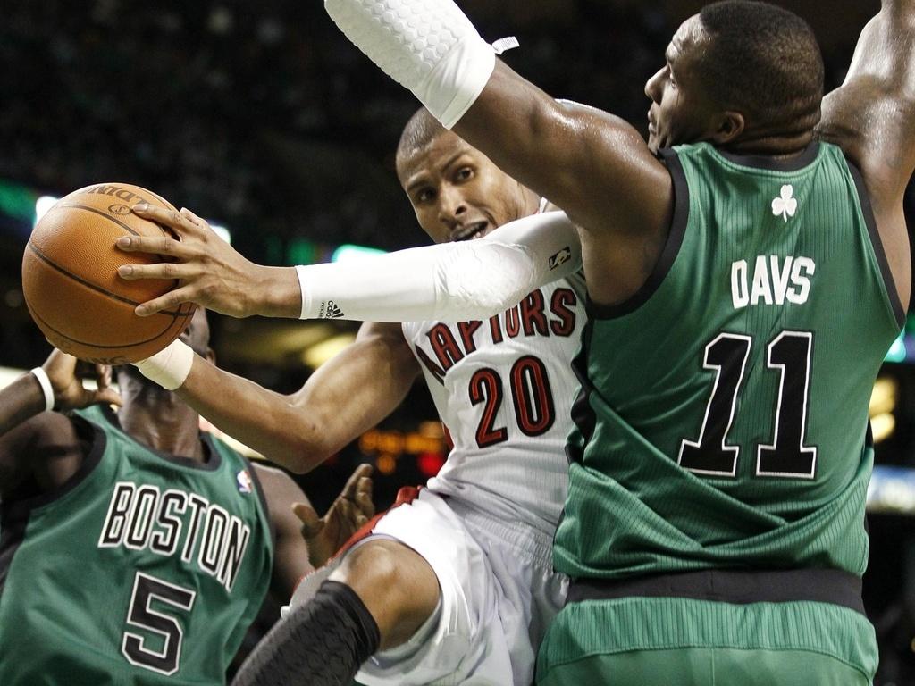 Leandrinho faz 14 pontos, mas não evita derrota dos Raptors para os Celtics