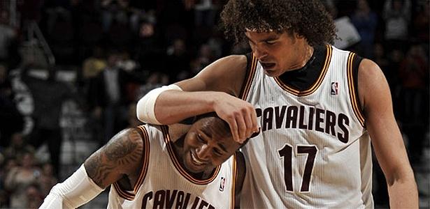 Anderson Varejão comemora com Mo Williams a vitória do Cleveland Cavaliers