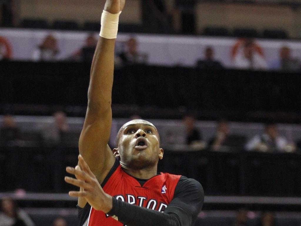 Leandrinho pula para fazer bandeja pelo Toronto Raptors