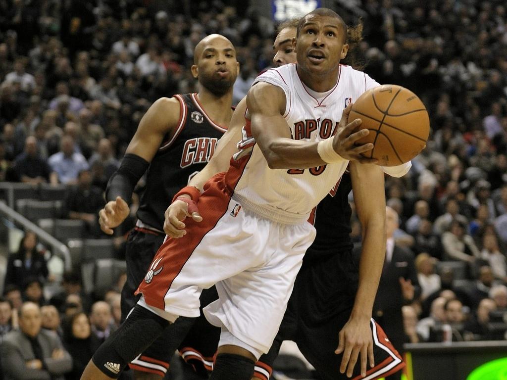 Leandrinho arrisca jogada no duelo entre Raptors e Bulls
