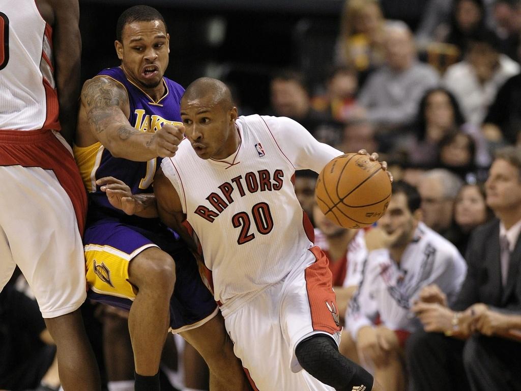 Leandrinho encara a marcação de Shannon Brown no duelo entre Lakers x Raptors