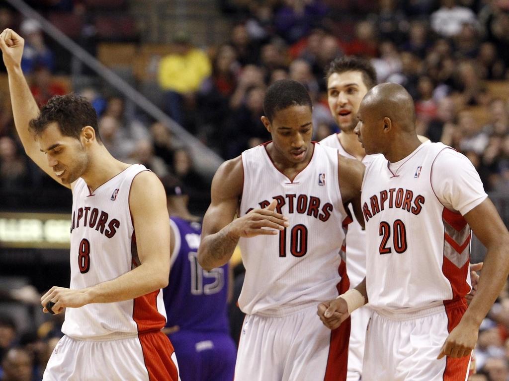 Leandrinho é cumprimentado por DeMar DeRozan na vitória dos Raptors sobre o Sacramento Kings