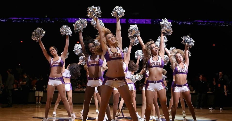 Cheerleaders do Phoenix Suns fazem performance durante jogo da NBA